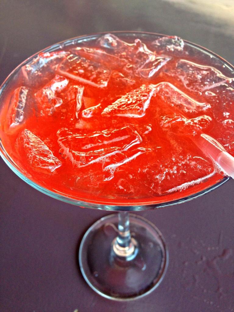 Patron con Fresca via TheFoodiePatootie.com | #drinks #booze #strawberry #recipe